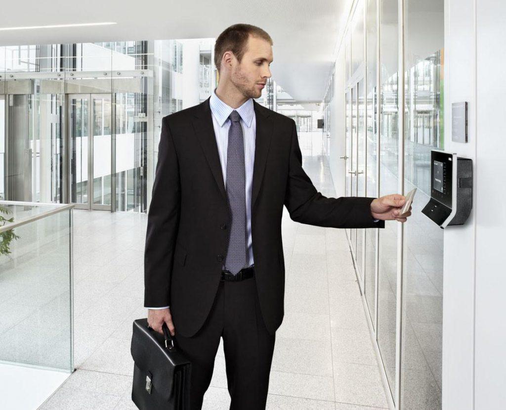 Có nên dùng dịch vụ làm thẻ từ thang máy tận nơi